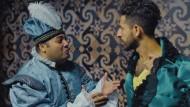 """Sein? Oder vielleicht lieber doch nicht Sein? Zwei Schauspieler erklären einander den """"Hamlet"""" auf einer saudi-arabischen Bühne."""