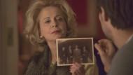 Marlene Laim (Gisela Schneeberger) hat in alten Alben ein entscheidendes Foto gefunden.