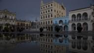 """Im potemkischen Dorf muss das """"Gratias"""" mit der Axt gehauen werden: Die frisch renovierte Plaza Vieja"""