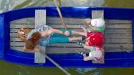 Frau mit drei Kindern auf dem Carolasee im Großen Garten in Dresden: Reinhängen soll man sich, aber in welche Richtung?