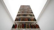 Auf der Documenta in der Neuen Galerie zu sehen: Bücher aus der Berliner Stadtbibliothek. Heute werden sie dort als von den Nationalsozialisten unrechtmäßig aus jüdischem Eigentum erworbenes Gut bewahrt.