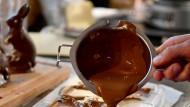 Ein köstlicher Anblick: Warme Schokolade fließt in eine Form.