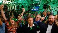Robert Habeck und Anton Hofreiter feiern nach der Bayern-Wahl am 14. Oktober den Erfolg ihrer Partei.