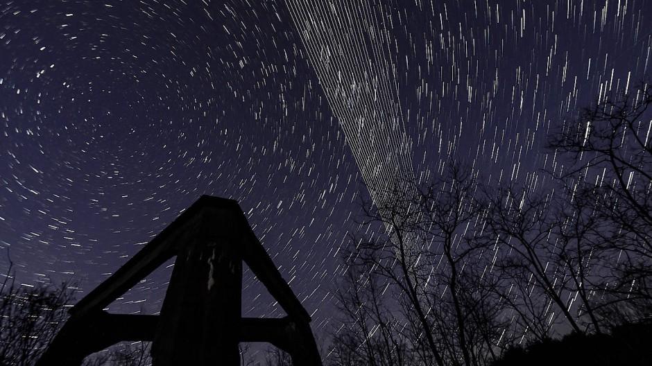 Auf einer Aufnahme des Nachthimmels mit Langzeitbelichtung scheint Starlink den Himmel förmlich zu schraffieren: hier bei einem ehemaligen Heizkraftwerk bei Salgotarjan in Ungarn.