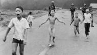 Am 8. Juni 1972 flüchteten die Bewohner des vietnamesischen Dorfs Trang Bang nach einem Napalm-Angriff. Das Mädchen Kim Phuc in der Bildmitte hatte sich die brennenden Kleider vom Leib gerissen. Die Aufnahme von Nick Ut wurde mit dem Pulitzer-Preis ausgezeichnet und zum Pressefoto des Jahres 1972 gewählt.