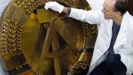 Eventuell sind die Ideen von gestern modifiziert auch für morgen gut? Restaurator Stefan Nagelmann entstaubt in Berlin ein DDR-Staatswappen.