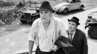 """Pankraz (Josef Bierbichler) und Hanusch (Benjamin Cabuk) in dem Film """"Zwei Herren im Anzug""""."""