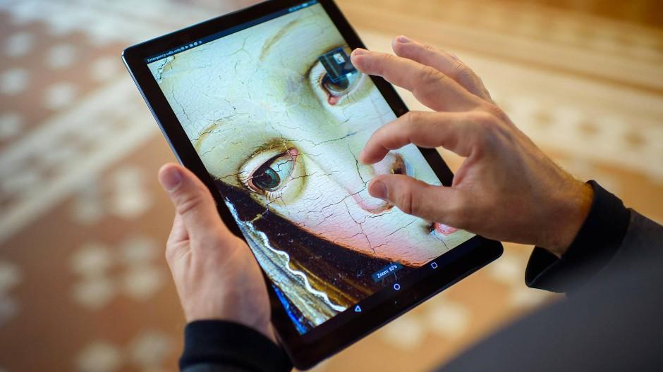 Als könnte man Maria in die Nase kneifen: Ausschnitt aus einer Verkündigung aus dem Berliner Bode-Museum auf einem Tablet, verfügbar über Google Arts and Culture