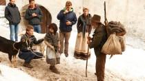 Der Schnee ist nicht echt, die Geiß schon: Anuk Steffen als Heidi und Bruno Ganz als Alm-Öhi