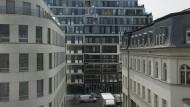 Leben im Aktenordner: Wie kommt es, dass die meisten Neubauten in unseren Städten nicht nur unbezahlbar, sondern auch noch sehr hässlich sind? Und was kann dagegen getan werden? Straße im Herzen Berlins.