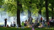 Immer mehr Menschen artikulieren ihre Bedürfnisse und Interessen selbstbewusst: mehrere Migrantengenerationen, grillend in Alt-Treptow.