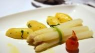 Spargel, dazu zum Beispiel Kartoffeln und Sauce Hollandaise – für viele ein Gaumenschmaus im Frühjahr