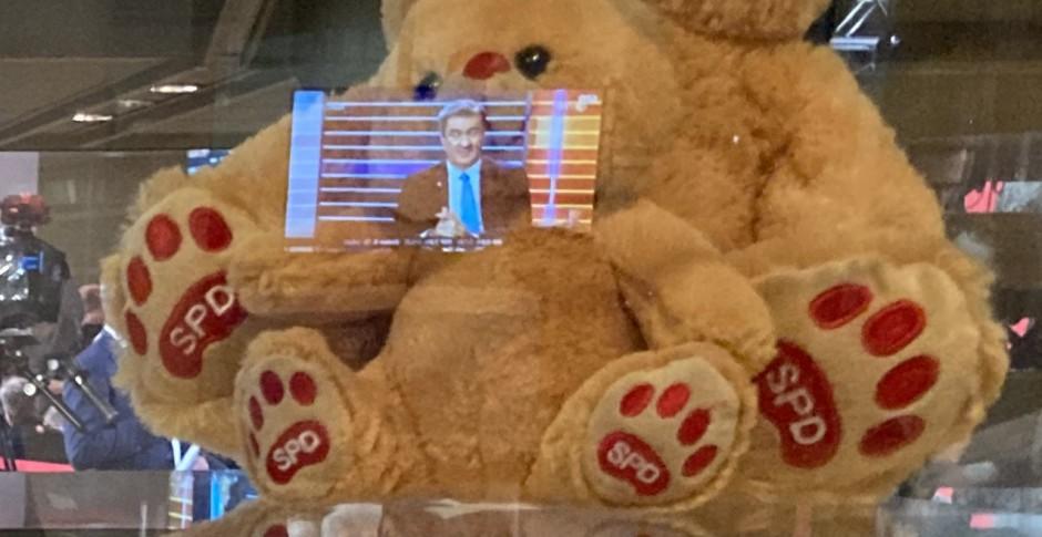 Bayrisch-Berliner Bär: In der SPD-Zentrale erschien Markus Söder auf den Bildschirmen und sorgte für merkwürdige Reflexionen.
