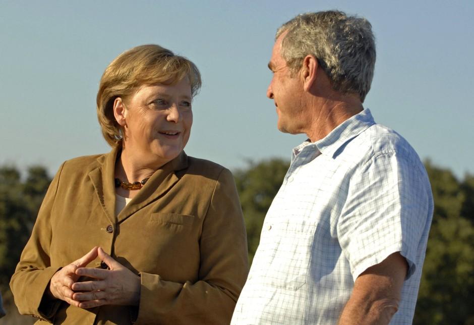 Machterotik auf Augenhöhe: Angela Merkel und George W. Bush auf dessen texanischer Ranch