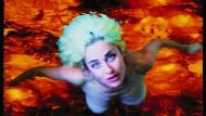 """Aus Flammen auferstanden: """"Selbstlos im Lavabad"""" von Pipilotti Rist, 1994."""