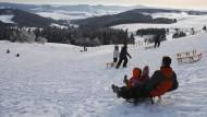 Zum Skifahren nicht ideal, zum Schlittenfahren perfekt: Die sanft abfallenden Hänge der Wasserkuppe bieten Wintersport mit Ausblick.