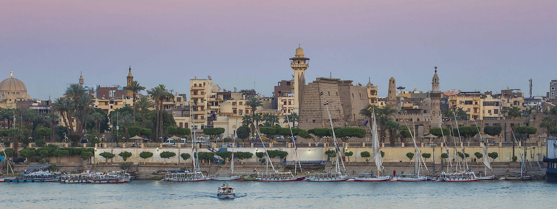 Ein Dutzend Touristen zwischen Luxor und Assuan