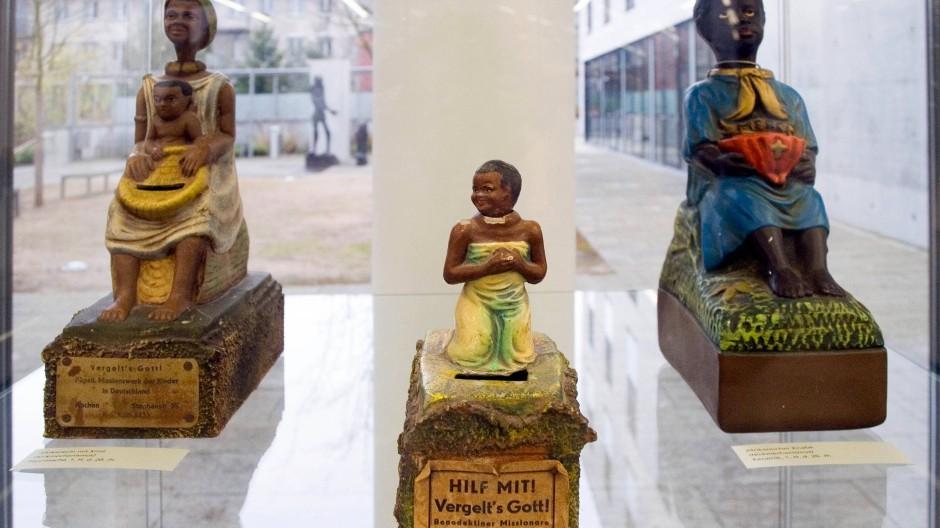 Eine Ausstellung im Martinushaus in Aschaffenburg 2008 zeigt mehrere als Nickneger bezeichneten Spendenbüchsen.