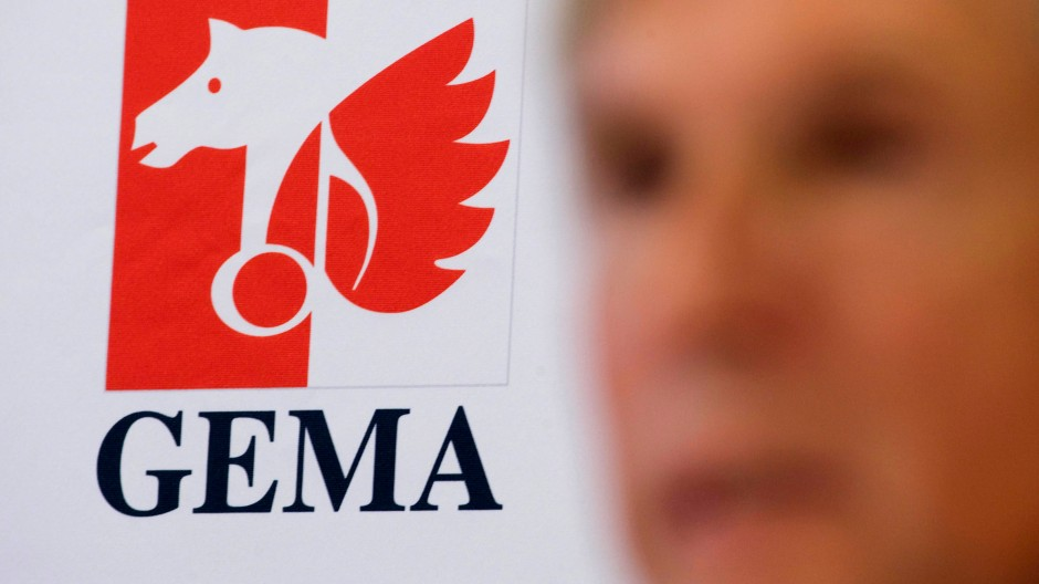 Das Logo der Musik-Verwertungsgesellschaft Gema - neben dem Vorstandsvorsitzenden Harald Heker
