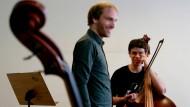 Kontrabassist Philipp Stubenrauch mit einem jungen Schüler im Instituto Baccarelli