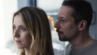 """Léa Drucker als Delphine und Mathieu Almaric als ihr Mann Julien in einer Szene aus """"Das blaue Zimmer"""""""