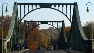 Auch ein Geschichtsort: die Glienicker Brücke, zum 25. Jahrestag des Mauerfalls frisch restauriert