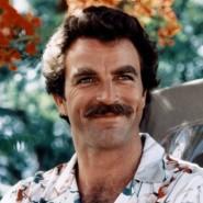 Das Hawaiihemd stets tief dekolletiert: Tom Selleck als Privatdetektiv Thomas Magnum