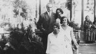 """Abbildung aus dem Buch """"Der letzte Zug nach Moskau"""": Mascha Tukazier (vorn) mit der Mutter des Autors, einer 1941 ermordeten Cousine und einem unbekannten Kavalier"""