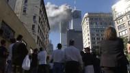 New Yorker schauen am 11. September auf das brennende World Trade Center.