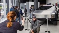Ein Mann posiert Anfang Mai dieses Jahres vor einem Tesla-Cybertruck, der in Manhattan ausgestellt wird.