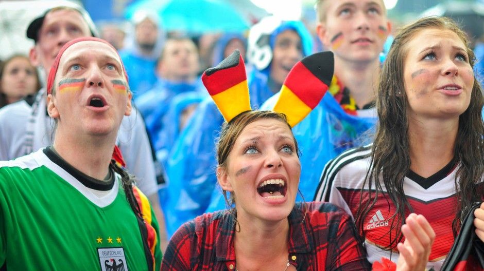 Brüllende, fahnenschwenkende Menschen mit Farbe im Gesicht: So etwas kann nur der Fußball hervorbringen.