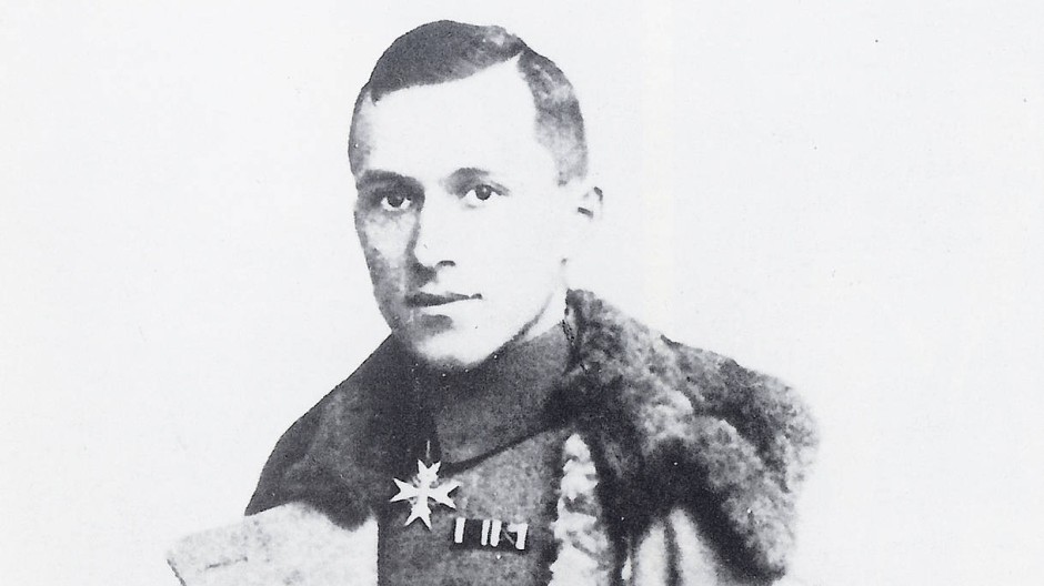 Ernst Jünger mit Uniformmantel und Orden