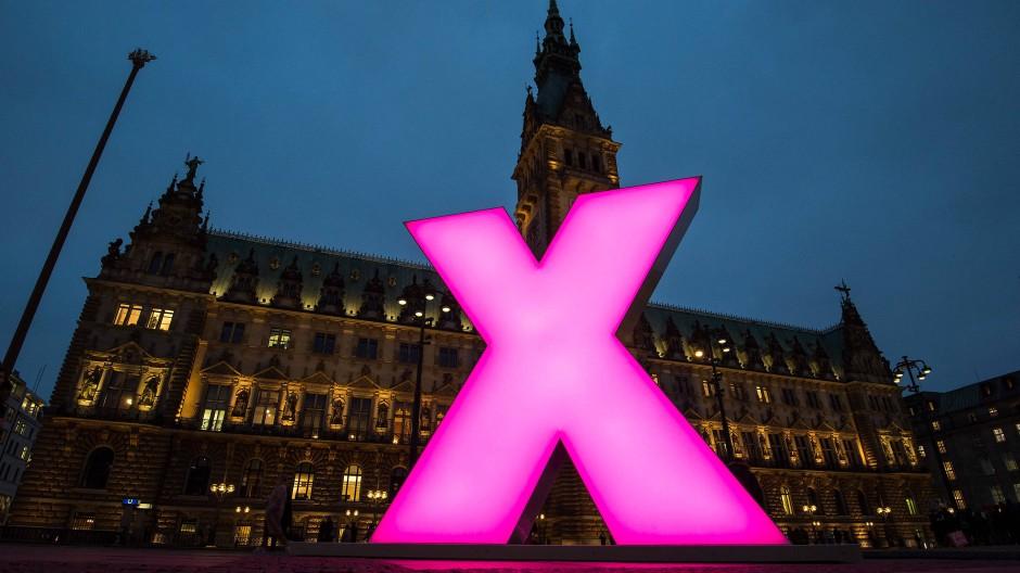Ein Wahlkreuz, wie hier neonbeleuchtet in Hamburg, ist schon einmal ein guter Anfang. Dann aber wird es schnell komplex mit der Demokratie: Neue Sachbücher loten politische Ansätze aus.