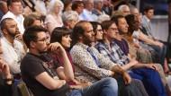 Zur Eröffnung mischen sich auch die Autoren ins Publikum: im Klagenfurter ORF-Studio