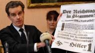 """Der britische """"Zeitungszeugen""""-Verleger Peter McGee im Januar 2009 mit einem Original-Nachdruck von Nazi-Hetzblättern"""