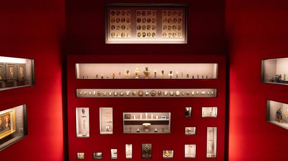 Eine todtraurig neckische Galerie aus Raunen und Kichern: Blick in die Ausstellung