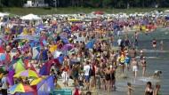 Entspannung unter Druck: Menschenmassen am Strand – von Binz auf Rügen
