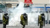 Fit sein für die Weltmeisterschaft: Russische Polizisten bei einer Einsatzübung vor dem Stadion in Sankt Petersburg