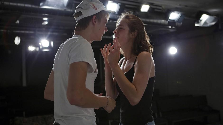 """Es geht nur, wenn alle alles spielen: Textproben zu """"Romeo und Julia"""" an der Otto Falckenbergschule in München"""