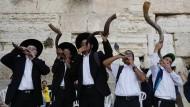Junge Schofar-Spieler vor Rosch ha-Schana in Jerusalem