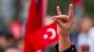 Ein Demonstrant zeigt den Wolfsgruß bei einer Pro-Türkischen Demonstration in München.