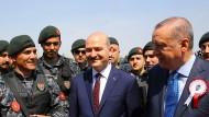 Statt Terroristen zu verfolgen, bedroht der türkische Innenminister die Kurdenpartei HDP: Süleyman Soylu mit Präsident Erdogan und Polizisten Anfang April in Ankara.