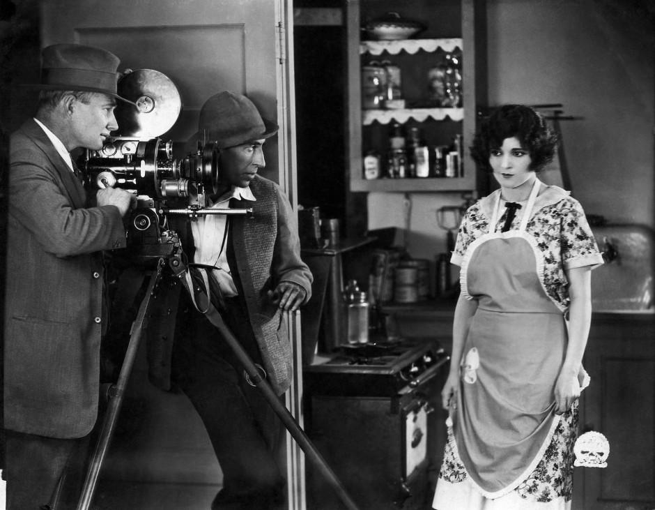 """Gute alte Stummfilmzeit: Claire Adams am Set von """"Men and Women"""" im Jahr 1925."""