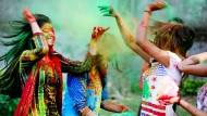 Indische Studentinnen feiern 2016 in Bhopal das Holi-Fest.