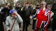 Gespaltenes Land im Fokus der Weltpresse: Ein Brexit-Anhänger und eine Gegnerin diskutieren in London auf der Straße.