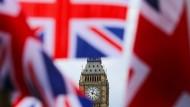 Britische Fahnen vor dem Big Ben