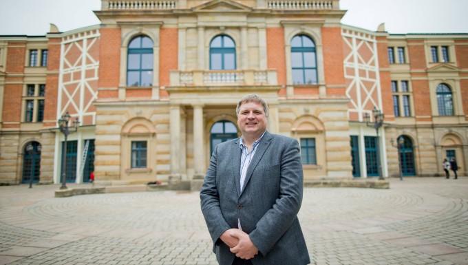 """Der Geschäftsführer der Bayreuther Festspiele, Holger von Berg, aufgenommen vor dem so genannten """"Königsbau"""" des Festspielhauses."""