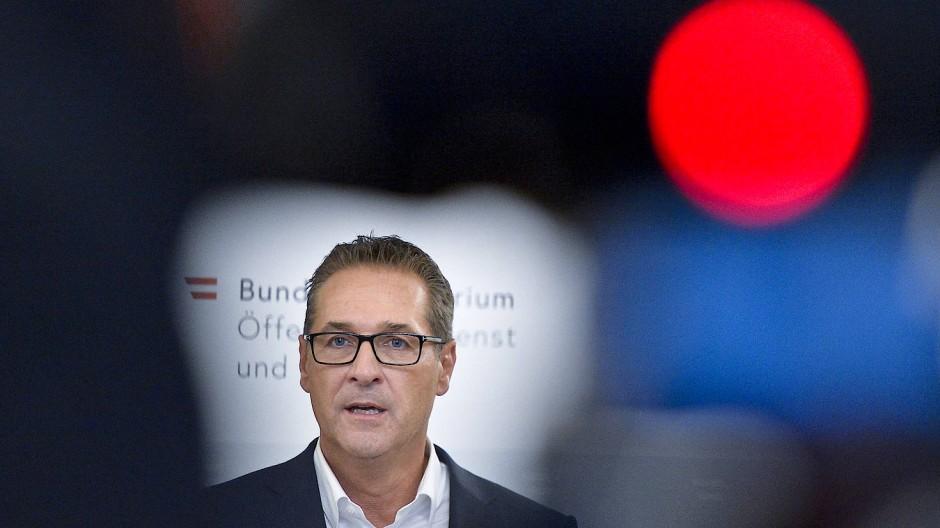 """Plant schon den nächsten Streich mit seinem """"Team"""": Heinz-Christian Strache, damaliger FPÖ-Parteiobmann und Vizekanzler von Österreich, spricht bei einer Pressekonferenz."""