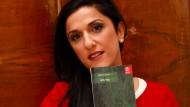 """Die Autorin Dorit Rabinyan mit ihrem Buch """"Gader Haya"""": Der Roman wurde von der Kritik und anderen Schriftstellern hoch gelobt."""