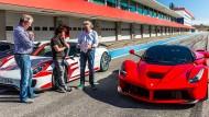 Einsteigen bitte: Jeremy Clarkson, Richard Hammond, James May (von links), ein McLaren P1, ein Porsche 918 und ein Ferrari LaFerrari